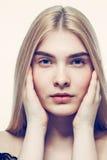 Giovani capelli biondi del bello della donna ritratto del fronte Fotografia Stock