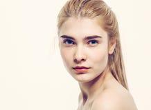 Giovani capelli biondi del bello della donna ritratto del fronte Immagine Stock Libera da Diritti