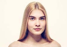 Giovani capelli biondi del bello della donna ritratto del fronte Immagini Stock