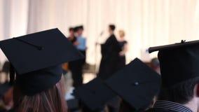 Giovani in cappucci accademici neri, abiti Speranza per la riuscita carriera in futuro stock footage