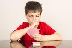 Giovani carte da gioco del ragazzo Fotografie Stock