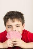 Giovani carte da gioco del ragazzo Fotografia Stock