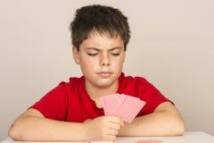Giovani carte da gioco del ragazzo Fotografie Stock Libere da Diritti