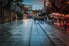 Giovani che camminano durante i giorni di Natale in Spagna Immagini Stock