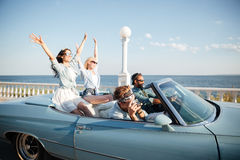 Giovani che conducono un'automobile Fotografia Stock