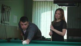 Giovani che giocano biliardo in una barra del pub del club video d archivio