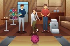 Giovani che giocano bowling Fotografia Stock
