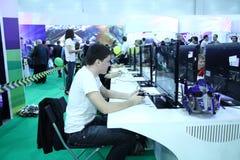 Giovani che giocano i video giochi Fotografie Stock Libere da Diritti