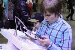 Giovani che giocano i video giochi Fotografia Stock