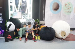 Giovani che giocano telefono cellulare Immagini Stock