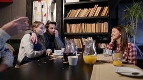 Giovani che hanno grande tempo in caffè archivi video