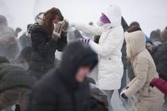 Giovani che hanno lotta della palla di neve Immagine Stock