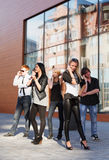 Giovani che invitano i telefoni Fotografie Stock