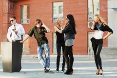 Giovani che invitano i telefoni Immagini Stock Libere da Diritti
