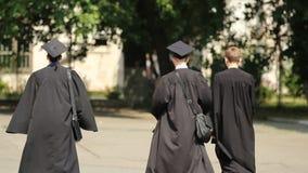 Giovani che lasciano l'iarda di università dopo la graduation, riuscito futuro stock footage