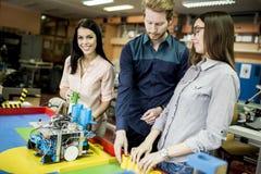 Giovani che lavorano nell'aula di robotica immagine stock