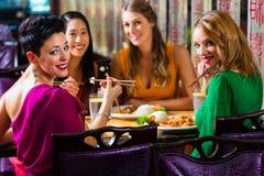 Giovani che mangiano nel ristorante Fotografia Stock