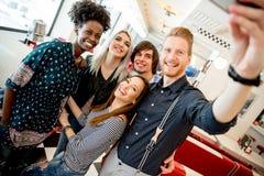 Giovani che prendono selfie con il telefono cellulare fotografie stock libere da diritti