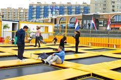 Giovani che saltano su un trampolino. Fotografie Stock Libere da Diritti