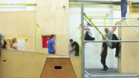 Giovani che si preparano nell'arena di Parkour stock footage