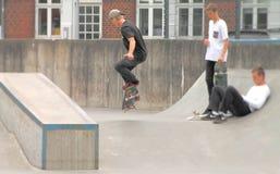 Giovani che skatebording di estate in Danimarca Fotografie Stock Libere da Diritti