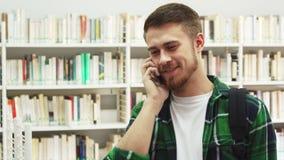 Giovani chiamate dello studente dal telefono cellulare immagine stock libera da diritti
