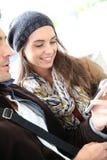 Giovani in città universitaria facendo uso dello smartphone Fotografia Stock Libera da Diritti