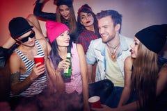 Giovani in club scuro fumoso Fotografie Stock Libere da Diritti