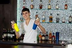 Giovani cocktail felici di miscelazione del barista fotografie stock libere da diritti