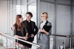 Giovani colleghe maschii e femminili che discutono e che progettano processo di cantiere di produzione nell'ufficio, studenti sor Fotografie Stock