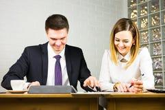 Giovani colleghi di affari che discutono lavoro su un computer portatile nello spazio dilavoro, persone di affari corporative Immagine Stock Libera da Diritti