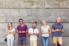 Giovani con i telefoni Fotografia Stock Libera da Diritti