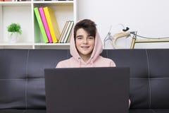 Giovani con il computer e le cuffie Fotografia Stock Libera da Diritti