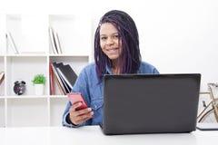 Giovani con il computer portatile del computer Fotografia Stock