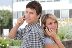 Giovani con il telefono mobile Fotografia Stock