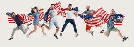 Giovani con la bandiera degli Stati Uniti d'America immagine stock