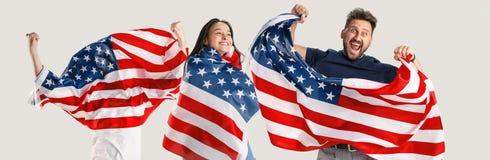 Giovani con la bandiera degli Stati Uniti d'America fotografie stock libere da diritti