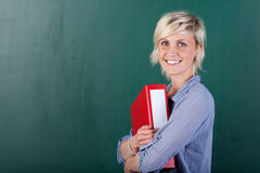 Giovani condizione e tenuta dello studente una cartella Fotografia Stock