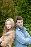Giovani coppie adolescenti alla moda che stanno di nuovo alla parte posteriore Fotografia Stock