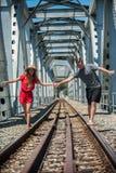 Giovani coppie adolescenti che seguono la ferrovia immagine stock
