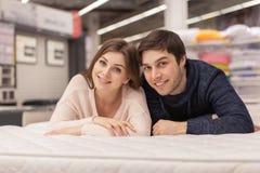 Giovani coppie adorabili che comperano a casa deposito dell'arredamento fotografia stock libera da diritti