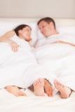Giovani coppie adorabili che si trovano a letto Immagini Stock