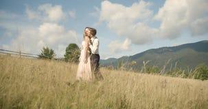 Giovani coppie adorabili in montagne carpatiche Datazione romantica o lovestory al giorno soleggiato atmosferico 4K video d archivio