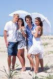 Giovani coppie adorabili sotto un ombrello Fotografia Stock Libera da Diritti