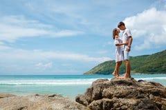 Giovani coppie adulte adorabili che stanno sulle rocce Immagini Stock Libere da Diritti