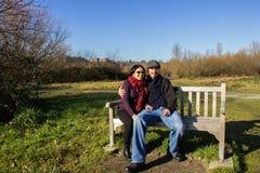 Giovani coppie adulte che hanno divertimento di inverno in parco Immagini Stock Libere da Diritti