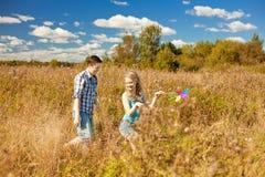 Giovani coppie adulte felici nell'amore sul campo Due, uomo e wom Immagine Stock Libera da Diritti