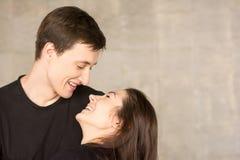 Giovani coppie affettuose sul fondo dello studio Fotografie Stock