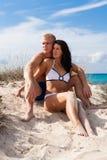 Giovani coppie affettuose sulla spiaggia Fotografie Stock