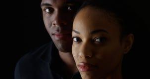 Giovani coppie afroamericane che esaminano macchina fotografica Fotografie Stock Libere da Diritti